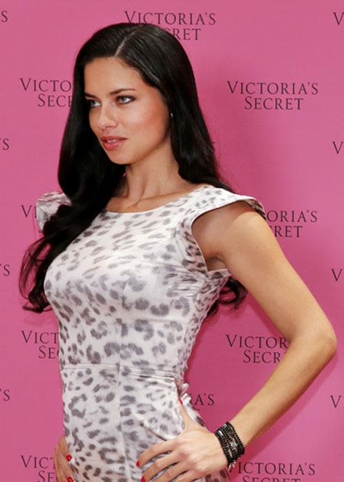 Adriana Lima infartante en nueva colección