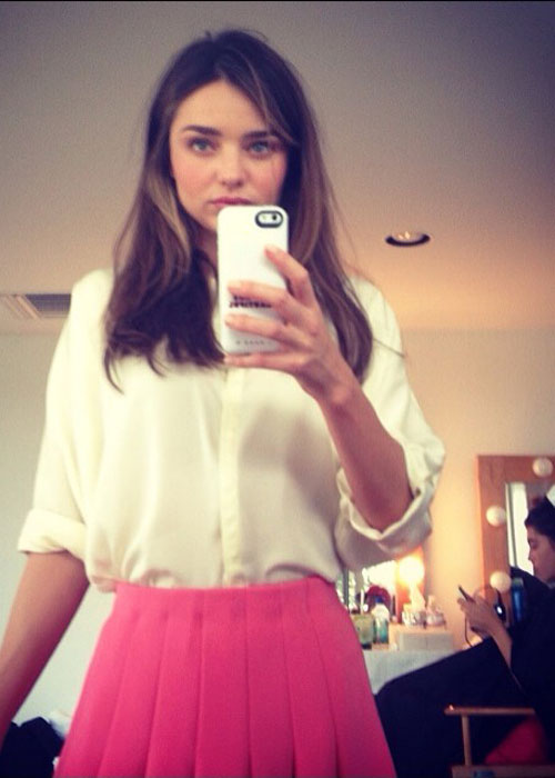Miranda Kerr se toma selfies en el nuevo comercial de H&M