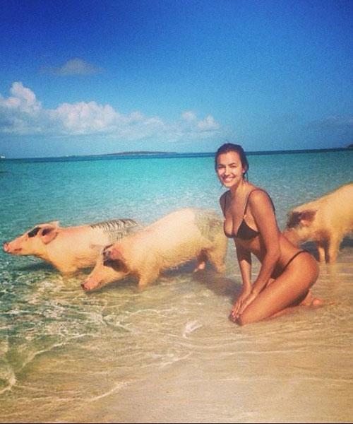Irina Shayk, la novia de Cristiano Ronaldo, nada con cerdos
