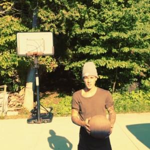 Justin Bieber jugando al basquet